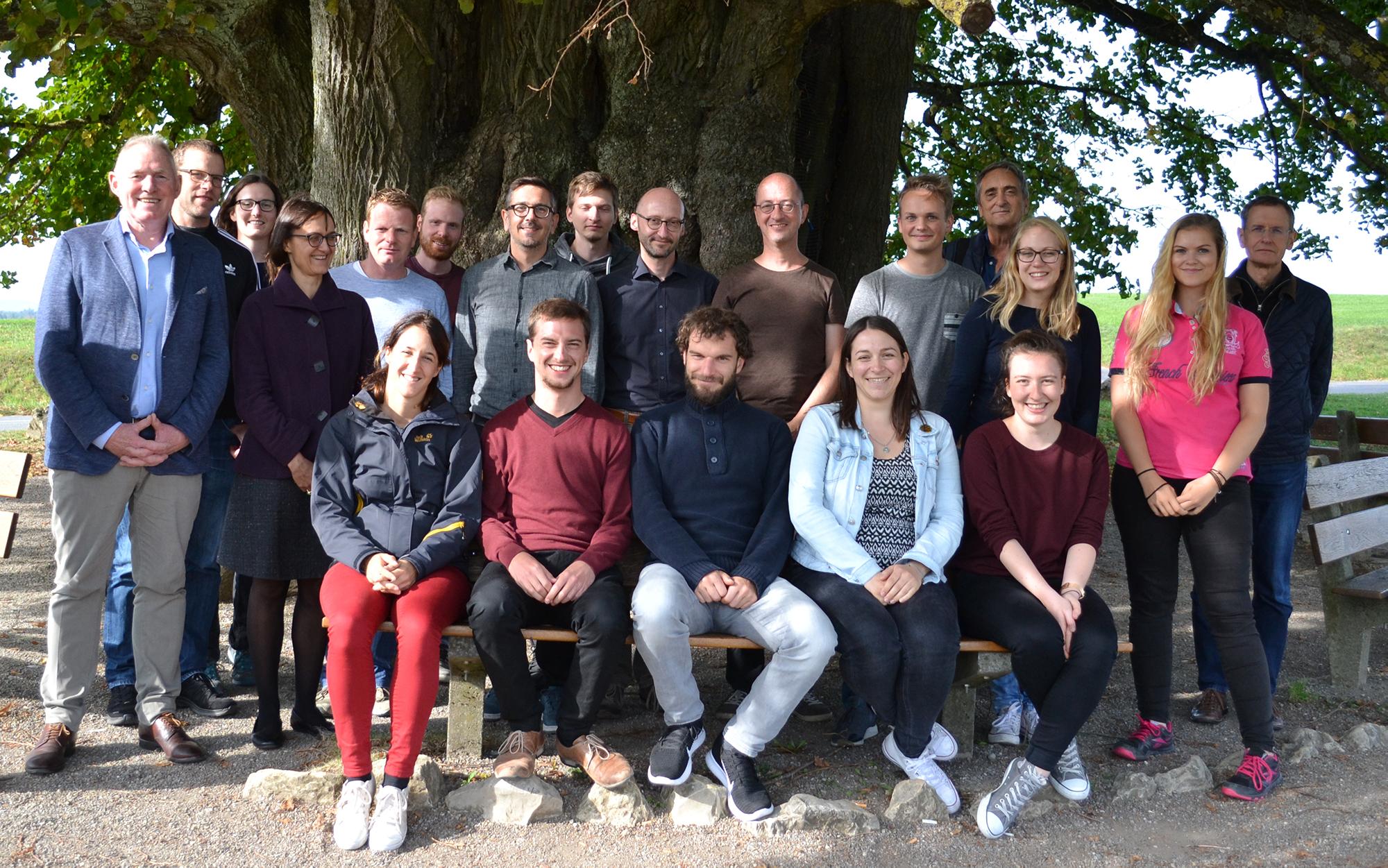 Das Idiotikon-Team vor der Linde von Linn (2018)